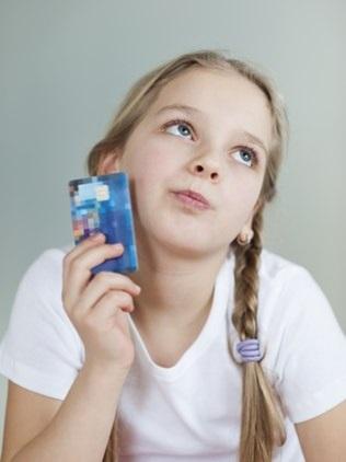 Bancos-oferecem-cartao-de-credito-para-criancas-mas-educadores-veem-risco-televendas-cobranca